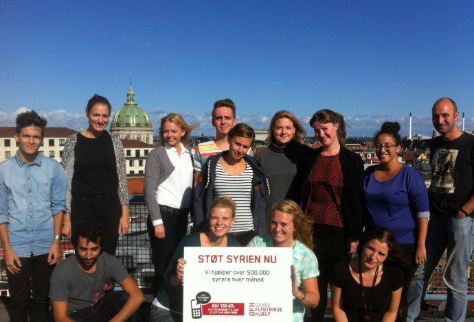 Her sidder jeg sammen med mine kollegaere til Dansk Flygtningehjælps Ungetur.