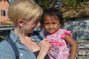 Louise Wolff besøger børnene i et af de ekstremt fattige slumkvarterer i Phnom Penh, Cambodja.  Foto: UNICEF/ Karin Aaen, Cambodja.