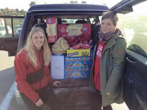 Le og Karen har fyldt bilen op med mad, der skal uddeles ved kysten.
