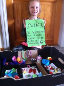 Sofie på 7 år samler ind til flygtninge og fattige.